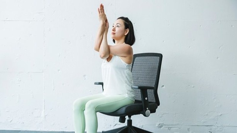 オフィスでのリフレッシュに♪ 体のダルさがスッと抜ける、椅子ヨガ